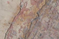 Stary odłupany tynk na betonowej ścianie, szczerbiąca się farba, beżowa tekstura, tło zdjęcie stock