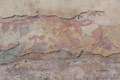 Stary odłupany tynk na betonowej ścianie, szczerbiąca się farba, beżowa tekstura, tło zdjęcia stock