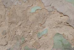 Stary odłupany tynk na betonowej ścianie, szczerbiąca się farba, tekstury tło obrazy royalty free