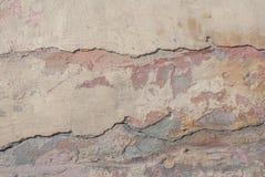 Stary odłupany tynk na betonowej ścianie, szczerbiąca się farba, tekstury tło obrazy stock