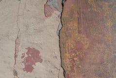 Stary odłupany tynk na betonowej ścianie, szczerbiąca się farba, tekstury tło obraz royalty free