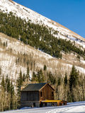 Stary, Odludny Drewniany budynek w zimie, Zdjęcia Stock
