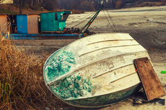 Stary Odwrócony Łódkowaty błękit Kłama na brzeg Wysuszony jezioro Obrazy Royalty Free