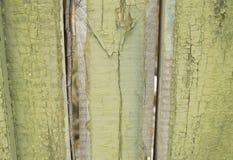 Stary ogrodzenie z krakingowej zielonej farby tła drewnianą teksturą Fotografia Stock