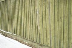 Stary ogrodzenie z krakingowej zielonej farby tła drewnianą teksturą Obraz Royalty Free