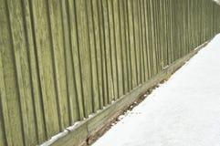 Stary ogrodzenie z krakingowej zielonej farby tła drewnianą teksturą Zdjęcie Royalty Free