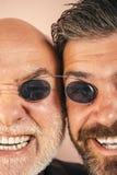 Stary ojciec i syn Ojca dzień Szalone emocje zamknięte w górę Komiczny tata i syn Śmieszni wyrażeniowi ludzie Ojczulek komiczka obrazy stock