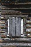 Stary okno młotkował drewniane deski drewniany dom, zaniechany dom wiejski Rosja Zakłócenie w wiosce zaniechany settl Obraz Stock