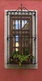Stary okno na czerwieni ścianie Obrazy Stock