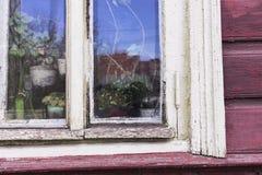 Stary okno w Burgundy paunted drewno ścianę Fotografia Royalty Free