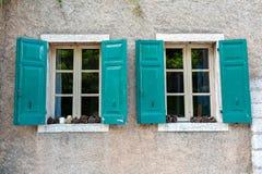 Stary okno z żaluzjami w ścianie antyczny dom Towm na Jeziornym Gardzie jest wielki w Włochy Ja lokalizuje Zdjęcia Stock