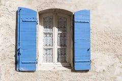 Stary okno z błękit żaluzjami i koronkową zasłoną w szorstkim Obraz Stock