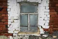 stary okno z chwiejne drewnianą ramą w ściana z cegieł a Zdjęcie Royalty Free