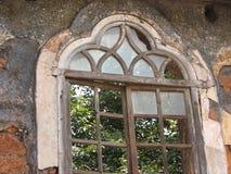 Stary okno z cotta taflującym dachem Architektoniczni szczegóły od Goa, India zdjęcie stock