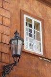 Stary okno z żelazną latarnią uliczną Fotografia Stock