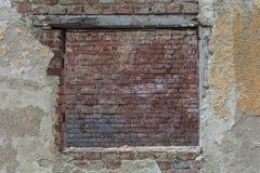 Stary okno zakrywający z czerwonymi cegłami Zdjęcie Royalty Free