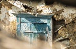 Stary okno zamyka zaniedbany wiejski dom zdjęcia stock