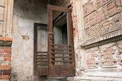 Stary otwarty ośniedziały żelazny drzwi Fotografia Stock