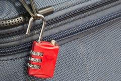 Stary otwiera kłódki ochronę 3 kombinacj podróży błękitna walizka w obrazy stock