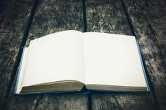 Stary otwiera książkę na drewnianym stole Rocznika skład starożytne biblioteki Antykwarska literatura Bajecznie atmosfera zdjęcia royalty free