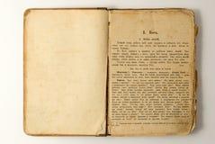 Stary otwiera książkę z tekstem. Fotografia Royalty Free