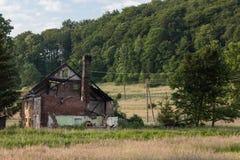 Stary palący i porzucający dom Zdjęcia Royalty Free