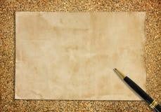 Stary papier i pióro na piasku dla tekstury tła Zdjęcia Stock