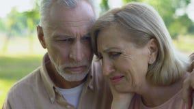Stary para płacz, przytulenie wspiera each inny w chorobie i, ubóstwo, strata zbiory