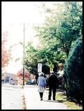 Stary pary odprowadzenie na ulicie zdjęcie royalty free