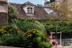 Stary Paryski mansarda dom z bluszczem na Montmartre zdjęcia stock