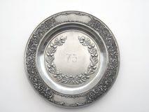 Stary pewter naczynie z liczbą 75 i ornamentem dębu i lelui Zdjęcia Royalty Free