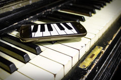 Stary pianino i Nowi klucze Obrazy Stock