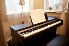 Stary pianino w antycznym domu Pok?j jest starzej?cym si? stylem Wn?trze dom fotografia stock