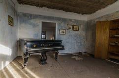 stary pianino w kącie pokój obrazy royalty free