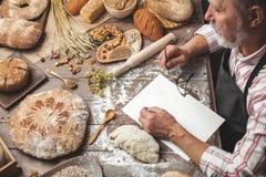 Stary Piekarniany pisze puszek stare przepis w piekarnia notatniku otaczaj?cym chlebem zdjęcie royalty free