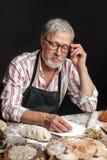 Stary Piekarniany pisze puszek stare przepis w piekarnia notatniku otaczaj?cym chlebem obraz stock