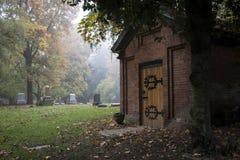 Stary Pionierski cmentarz w mgle Zdjęcie Stock