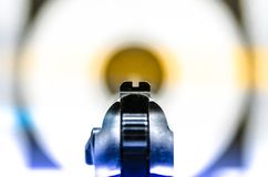 Stary pistolet celujący przy celem zdjęcia stock