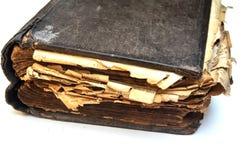 Stary podławy antyk książki ` biblii ` na białym odosobnionym tle obraz stock