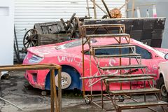 Stary podławy model czerwony sportowy samochód Ośniedziałe metal struktury, stara łamająca dekoracja film sceneria na podwórku Zdjęcie Royalty Free