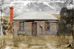 Stary podsumowania dom na wsi z grungy teksturą Obrazy Stock