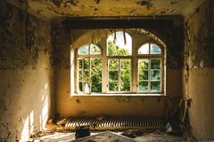 Stary pokój z zniszczonymi okno w zaniechanym miejscu fotografia royalty free
