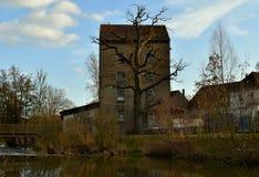 Stary ponuractwo, ciemny budynek na brzeg rzekim obrazy royalty free