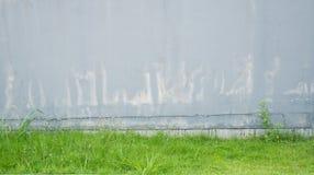 Stary popielaty betonowa ściana pal i pękający Obrazy Royalty Free