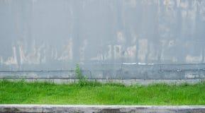 Stary popielaty betonowa ściana pal i pękający Zdjęcie Royalty Free