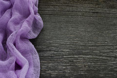 Stary popielaty drewniany biurko z piękną purpurową tkaniną Tło Obraz Stock