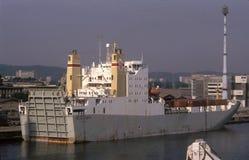 Stary popielaty ro ładunku statek w schronieniu Fotografia Royalty Free