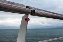 Stary poręcz przeciw północnemu morzu z kędziorkiem w formie serce Fotografia Royalty Free
