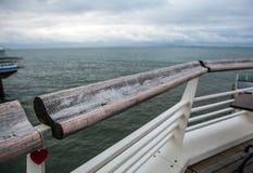 Stary poręcz przeciw północnemu morzu z kędziorkiem w formie serce Obrazy Royalty Free