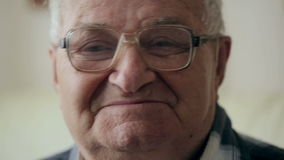 stary portret mężczyzny Dziad z szkieł spojrzeniami przy uśmiechami i kamerą zdjęcie wideo
